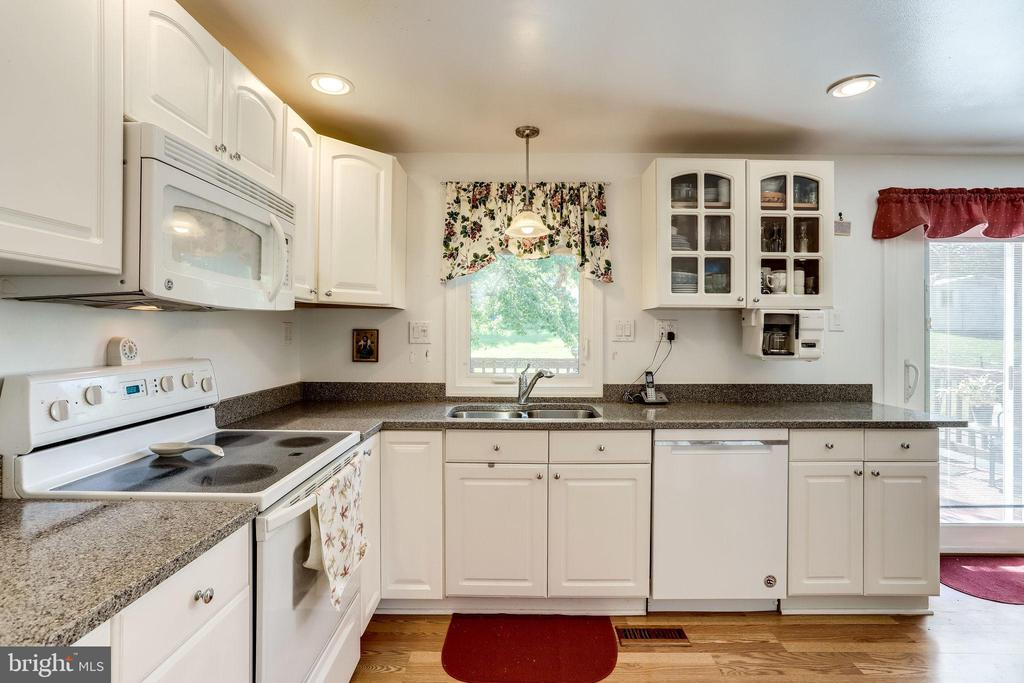 Granite counters in the kitchen - 128 N GARFIELD RD, STERLING