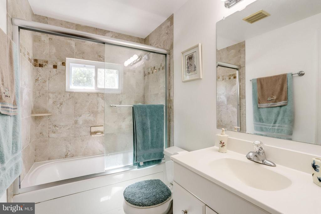Updated full bathroom with shower/tub - 128 N GARFIELD RD, STERLING