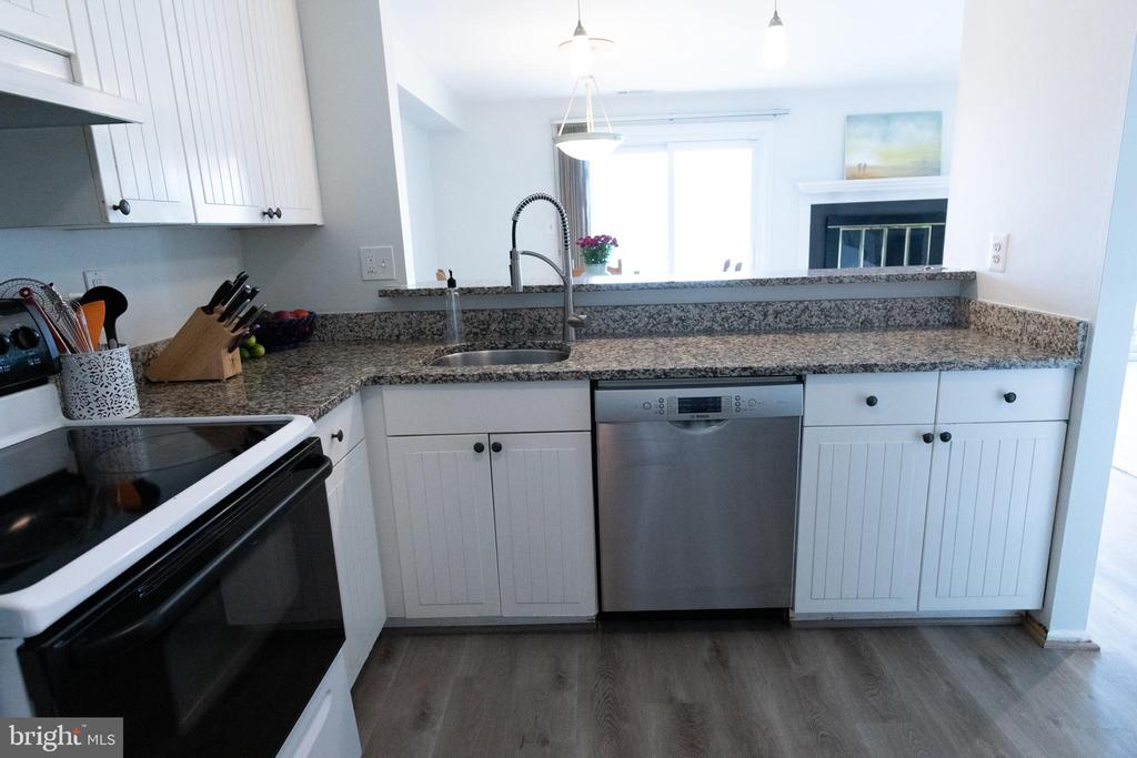Kitchen opens to dining are for ease of serving - 1004 WARWICK CT, STERLING