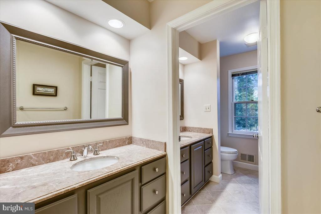 Sharing is easy with this functional bathroom - 14826 HUNTING PATH PL, CENTREVILLE