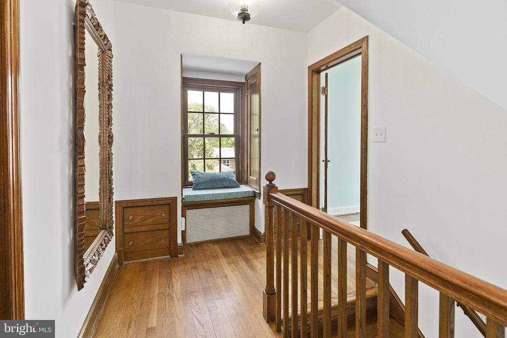Charming window seat and built-ins - 1805 N HARVARD ST, ARLINGTON