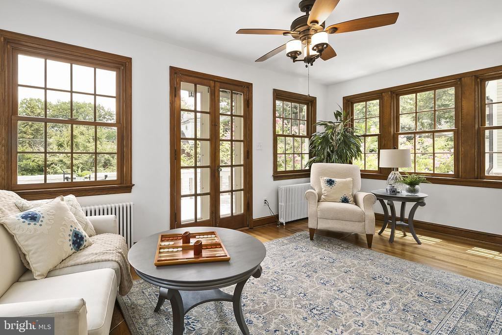Family Room leads to patio overlooking gardens - 1805 N HARVARD ST, ARLINGTON