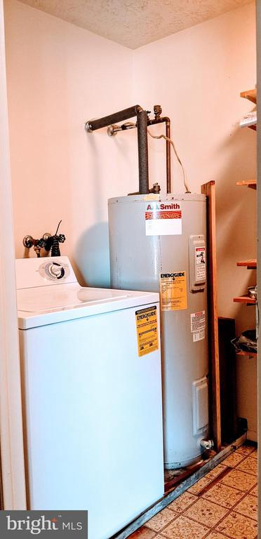Full size washer / electric hot water - 995-J HEATHER RIDGE DR #4J, FREDERICK