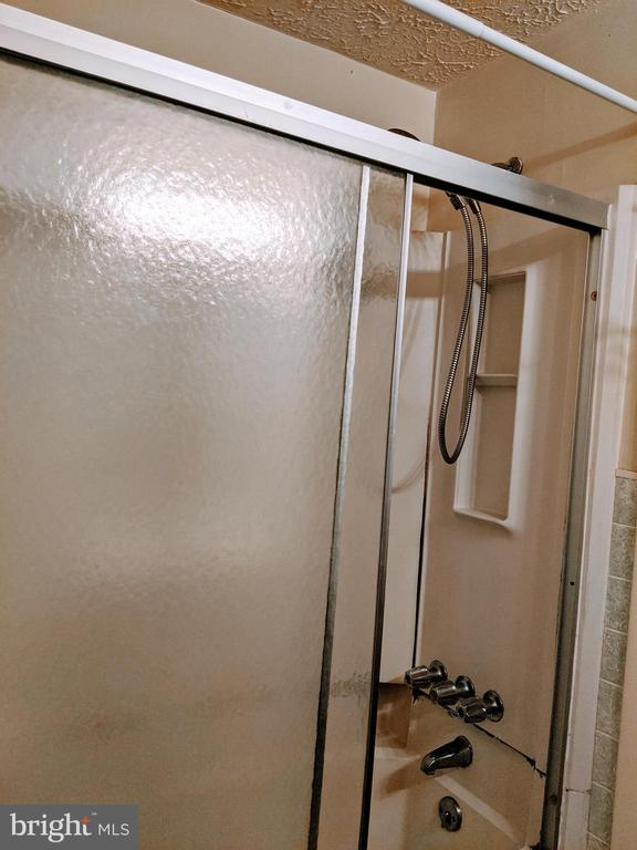 Tub / shower combo - 995-J HEATHER RIDGE DR #4J, FREDERICK