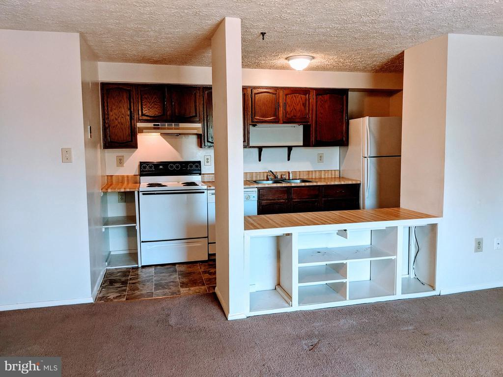 Kitchen with bar area open to living room - 995-J HEATHER RIDGE DR #4J, FREDERICK