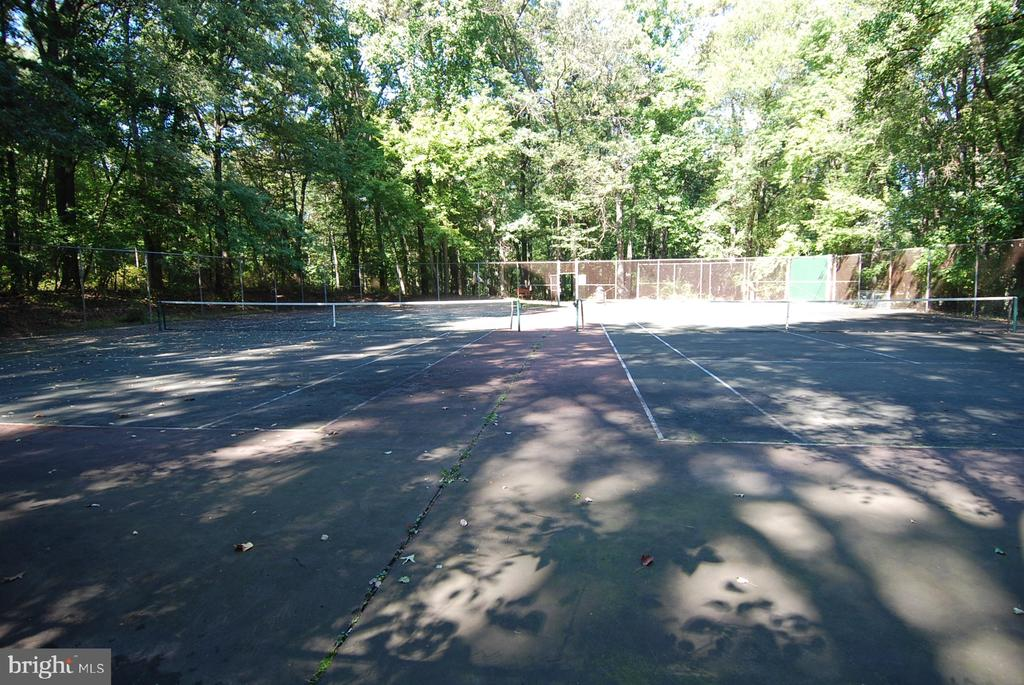 Less than a mile to Dunn Loring park! - 8327 STONEWALL DR, VIENNA