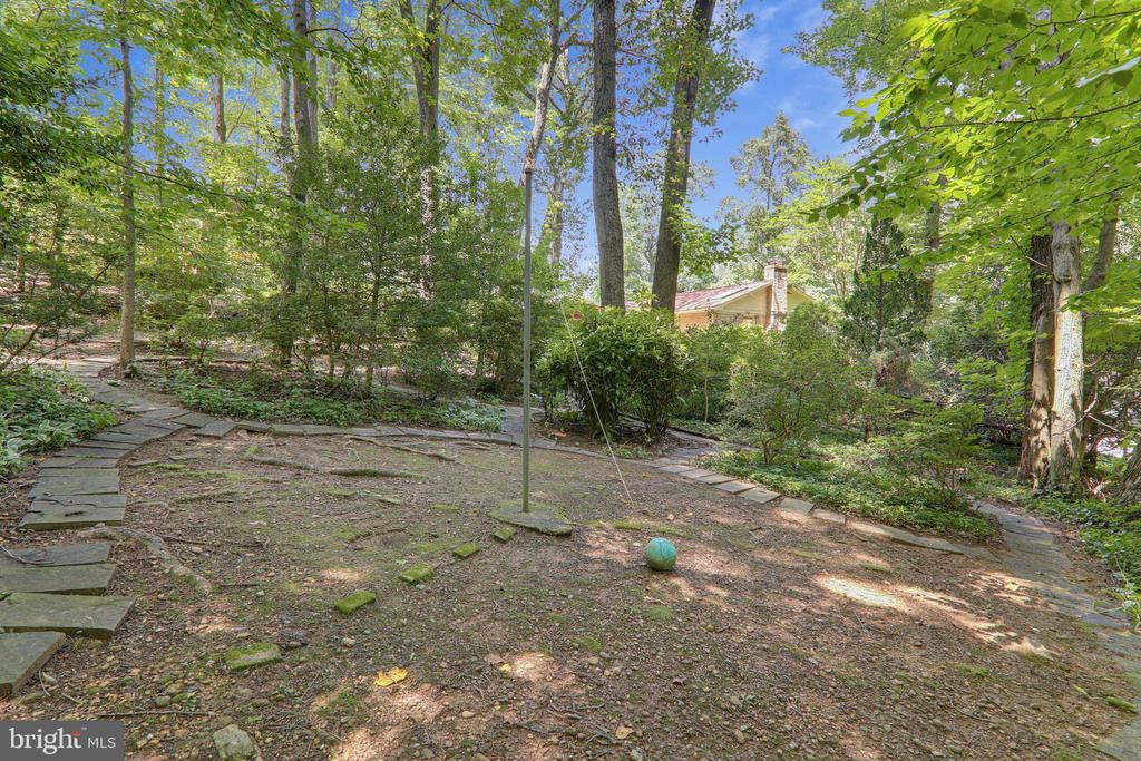 Space to play - 6811 WINTER LN, ANNANDALE