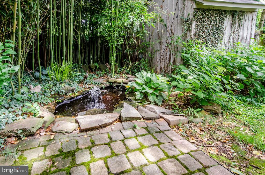 Lovely frog pond! - 16 UNION ST NW, LEESBURG