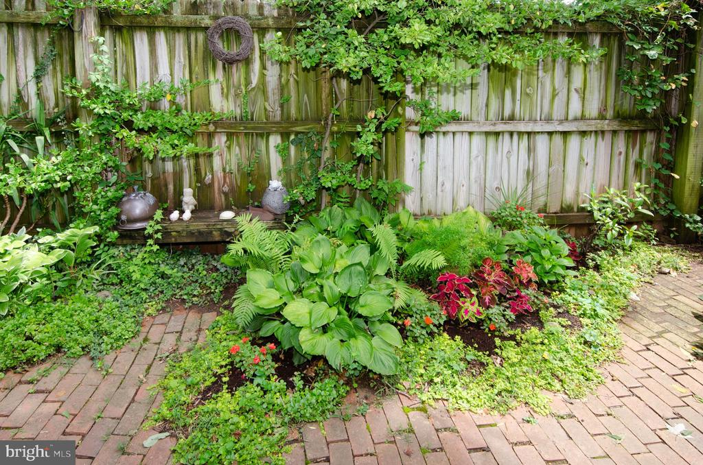 Easy to manage perennials in rear yard - 16 UNION ST NW, LEESBURG