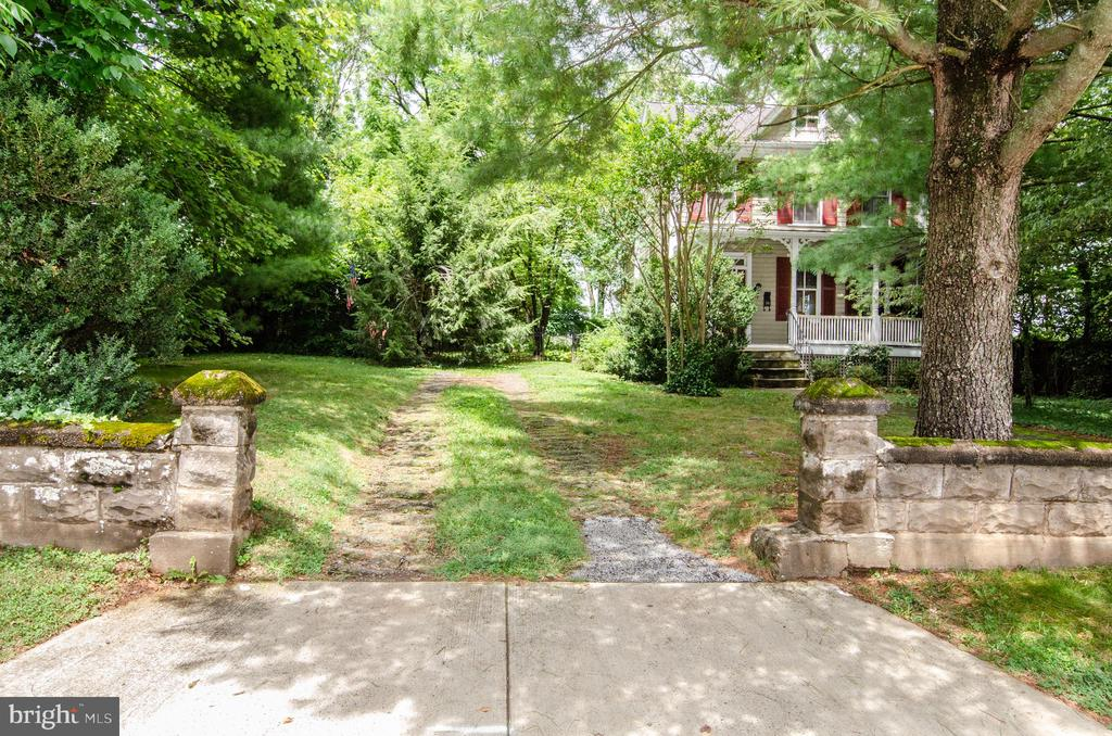 Off street parking! - 16 UNION ST NW, LEESBURG