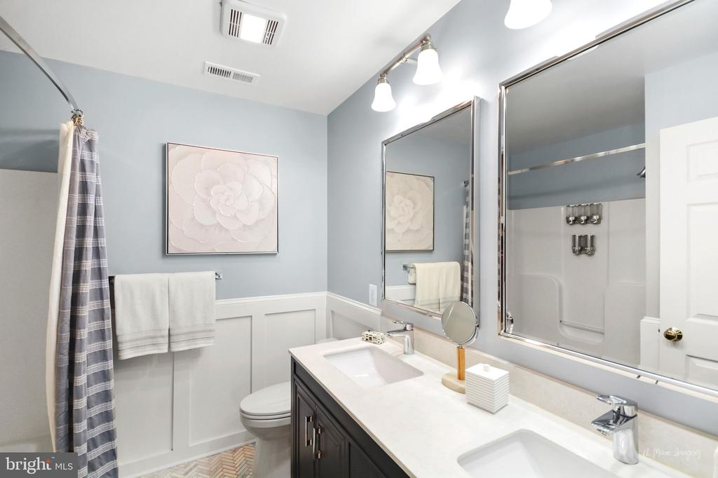 secondary upper-level bath with double vanity - 9801 BIG WOODS CT, IJAMSVILLE