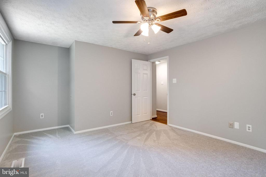 Large and Bright! - 8848 CREEKSIDE WAY, SPRINGFIELD