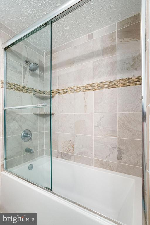 With Tub and Shower - 8848 CREEKSIDE WAY, SPRINGFIELD