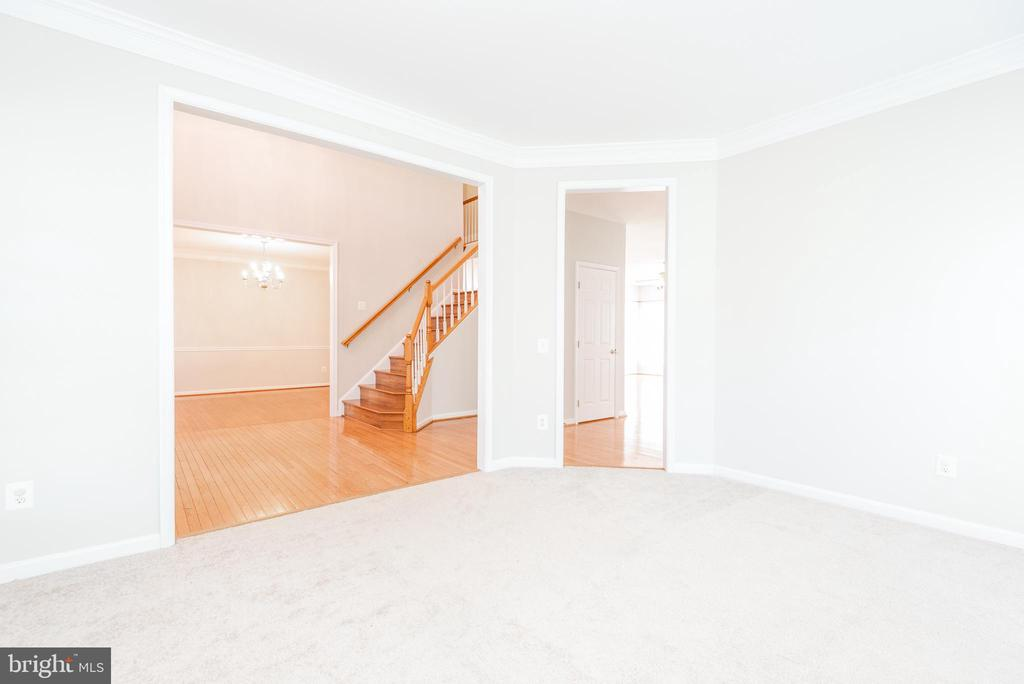 Carpeted sitting room - 6033 SUMNER RD, ALEXANDRIA
