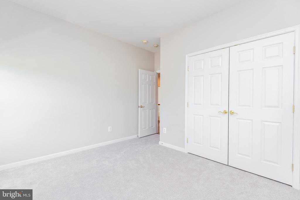 Right front bedroom with double-door closet - 6033 SUMNER RD, ALEXANDRIA