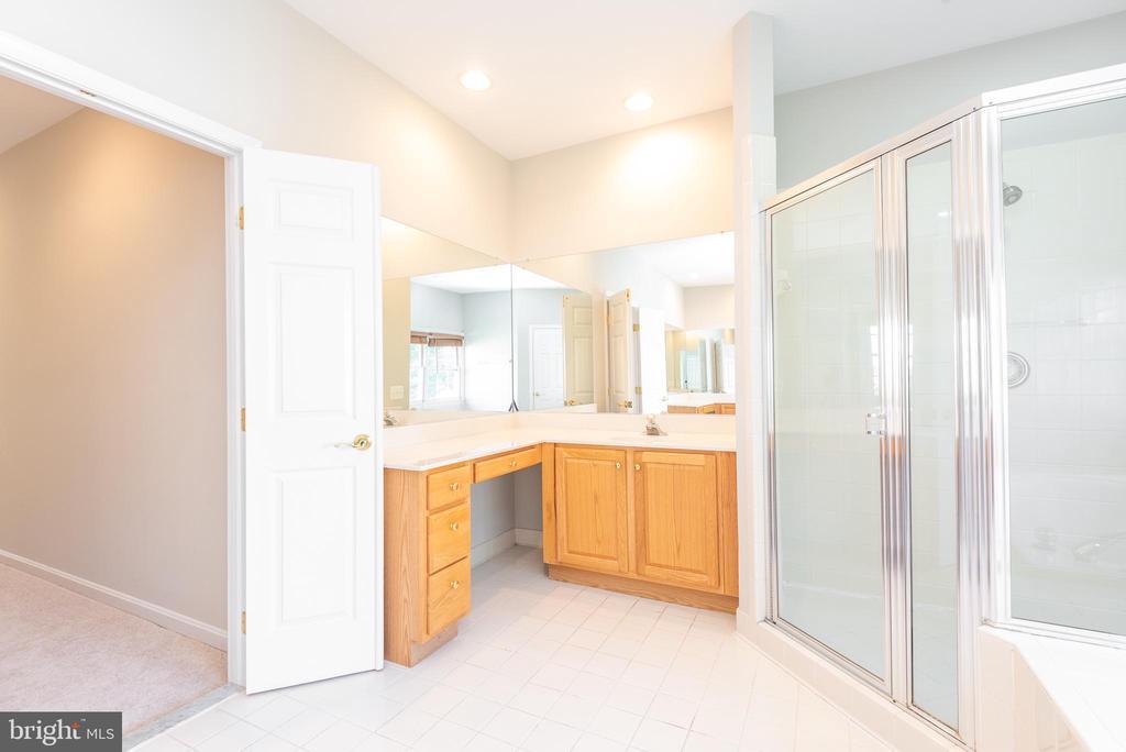 Primary bathroom with separate vanities - 6033 SUMNER RD, ALEXANDRIA