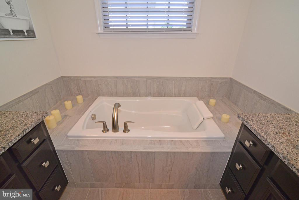 Soaking tub - 23398 EPPERSON SQ, BRAMBLETON