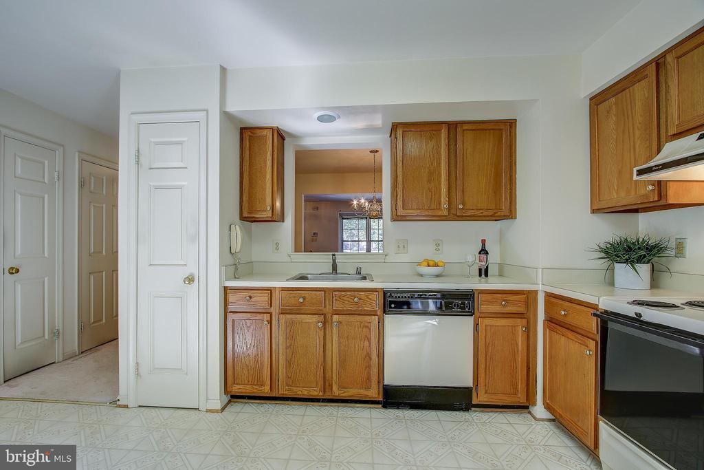 Kitchen - 8037 SKY BLUE DR, ALEXANDRIA