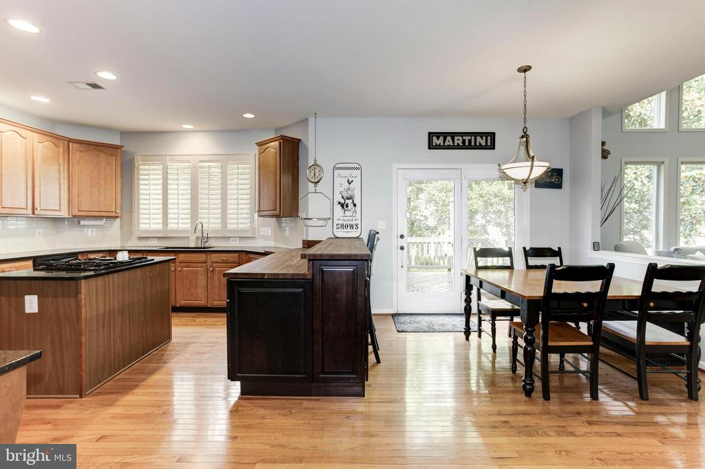 Eat at Table or Breakfast Bar - Lots of Options! - 26048 IVERSON DR, CHANTILLY