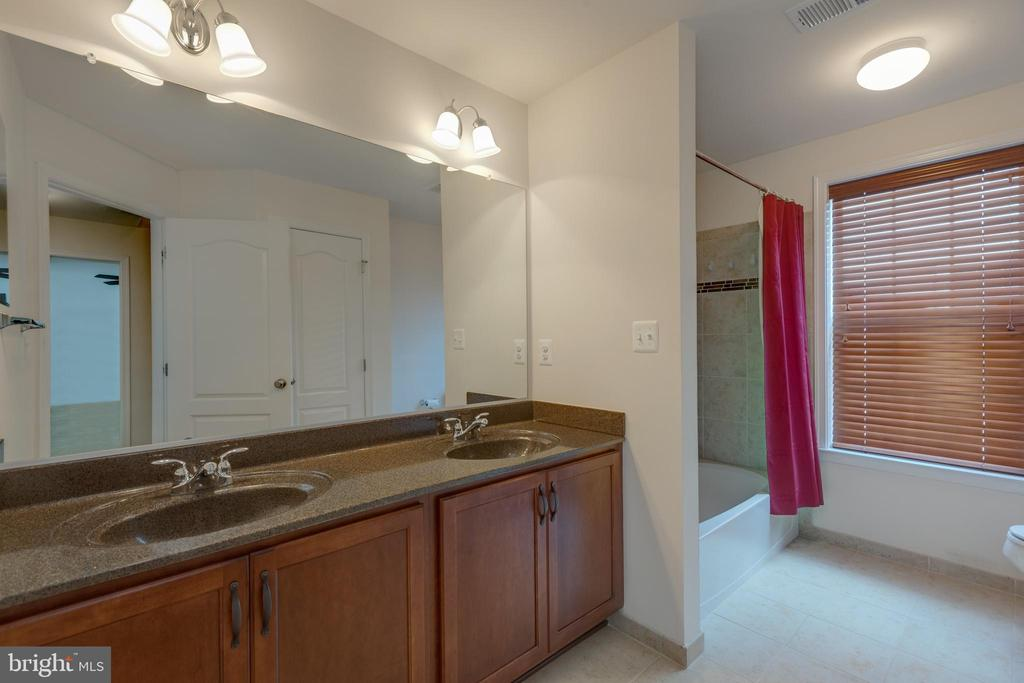 Full hall bath on 2nd level - 43172 ASHLEY HEIGHTS CIR, ASHBURN
