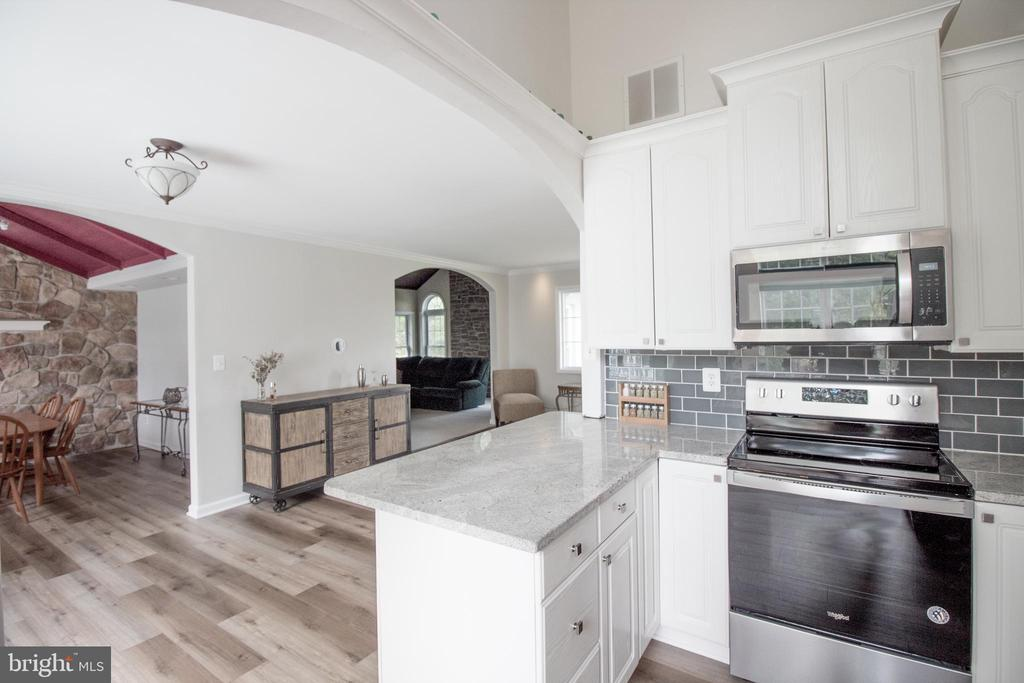 Generous counter space and soaring ceilings - 5678 WATERLOO RD, COLUMBIA
