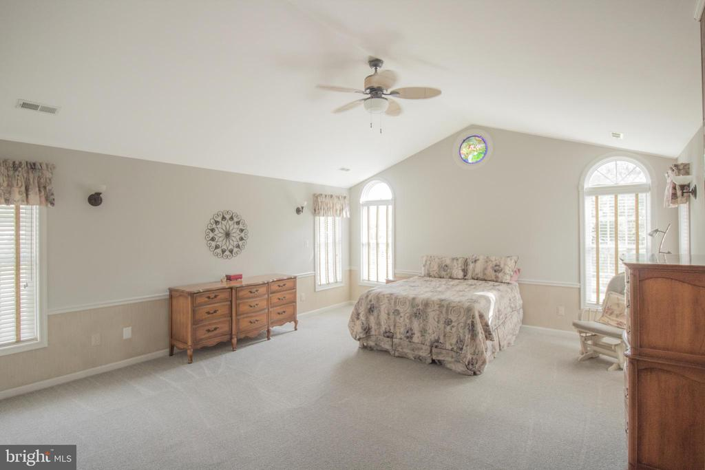 Large Primary bedroom w cathedral ceiling - 5678 WATERLOO RD, COLUMBIA