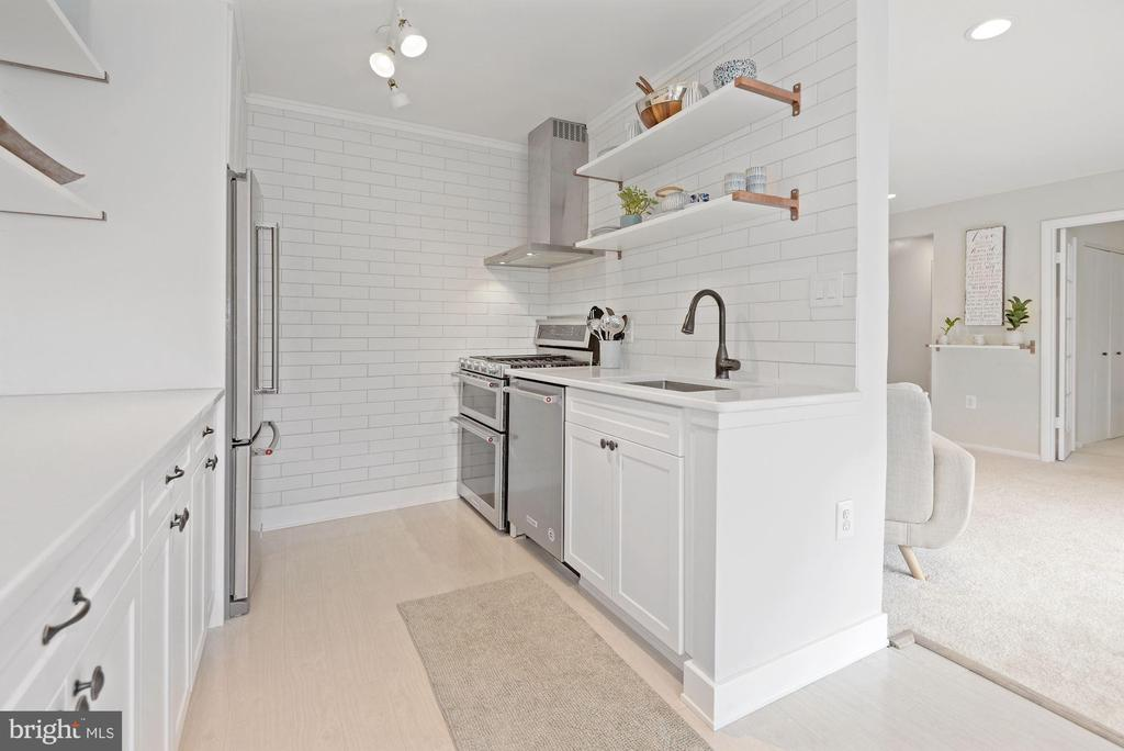 New Cabinetry, Counter Tops, Stainless Steel Apps! - 1931 WILSON LN #102, MCLEAN