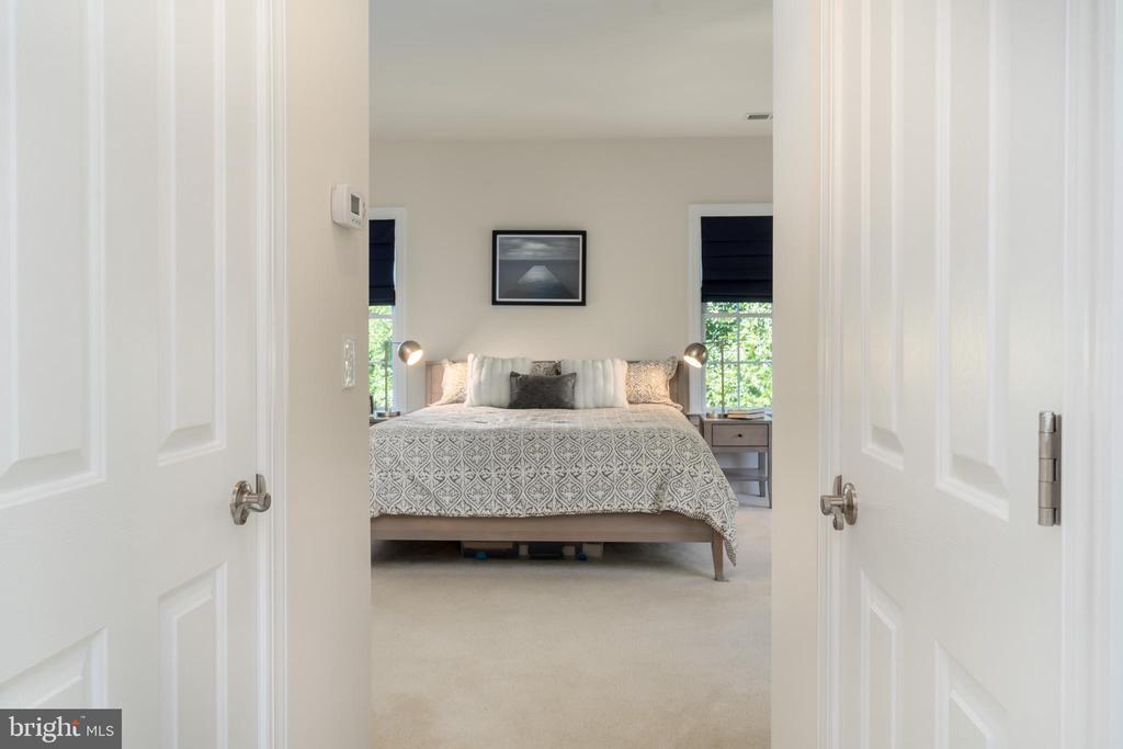Spacious & elegant owners suite - 7142 DEGROFF CT, ANNANDALE