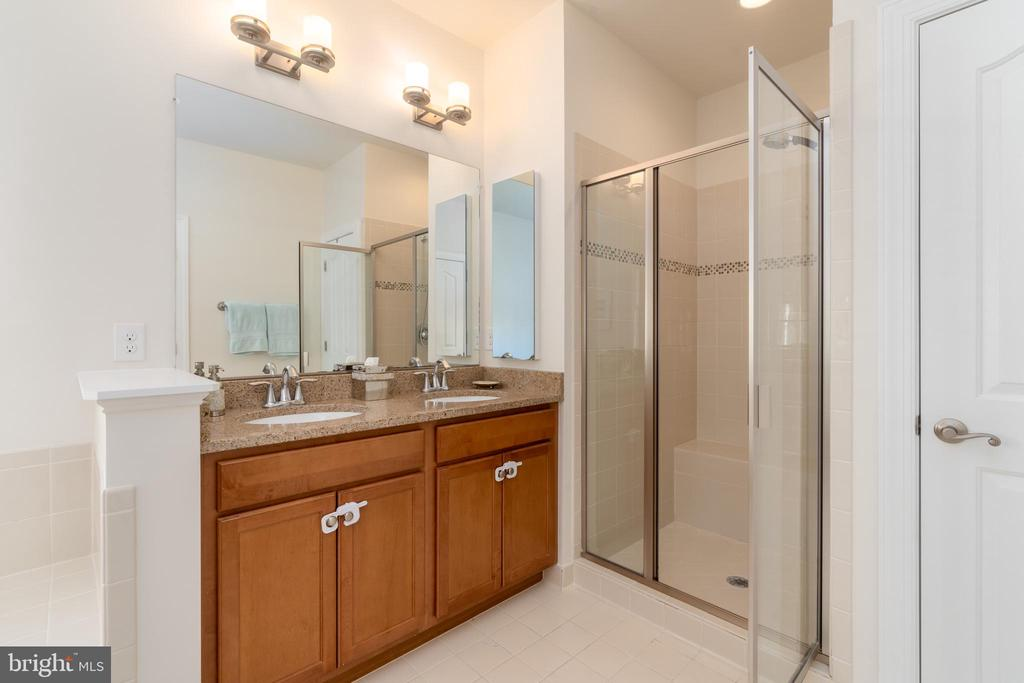 Owners bath with double vanity & separate shower - 7142 DEGROFF CT, ANNANDALE