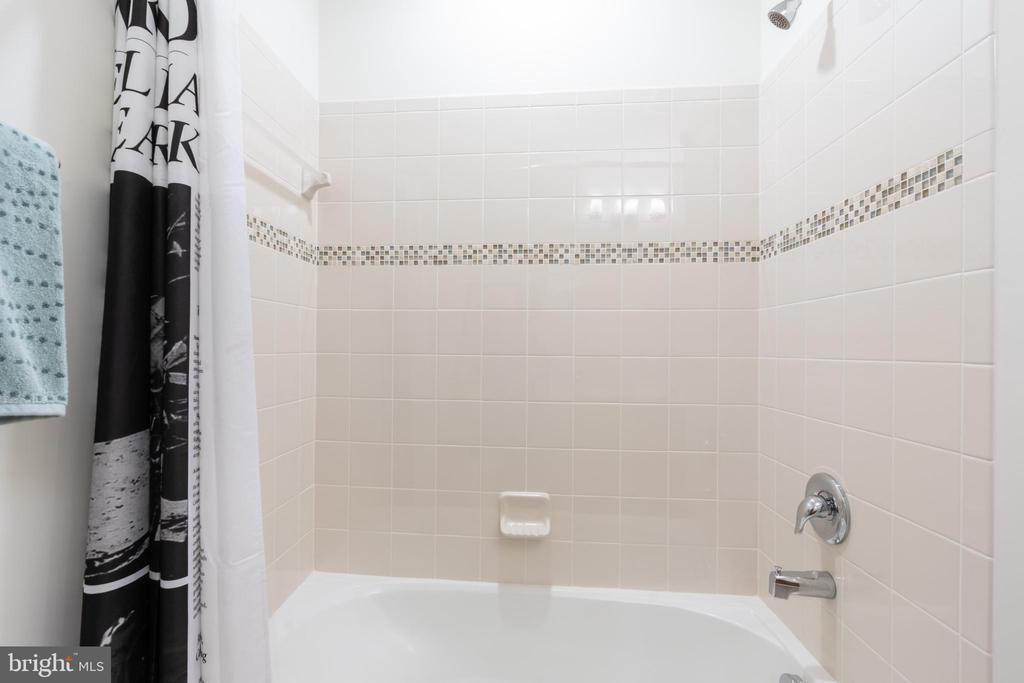 Lower level bath tub/shower - 7142 DEGROFF CT, ANNANDALE