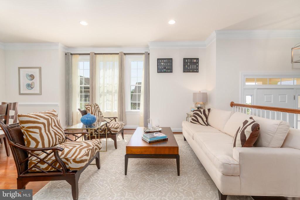 Spacious living room w/ hardwood floors - 7142 DEGROFF CT, ANNANDALE