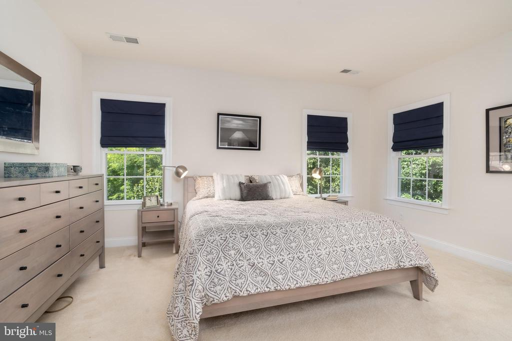Grand owner's suite with walk in closets - 7142 DEGROFF CT, ANNANDALE