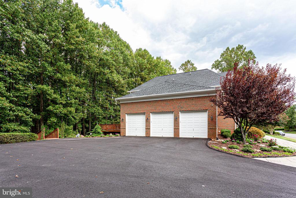 3 car garage - 11604 TORI GLEN CT, HERNDON