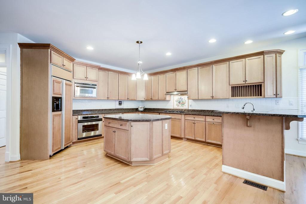 Gourmet Kitchen with granite counter tops - 11604 TORI GLEN CT, HERNDON