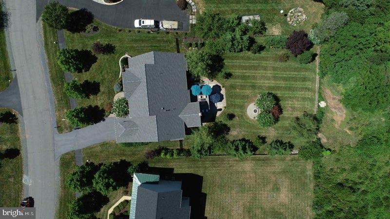 Over one-half acre of privacy - 22011 AUCTION BARN DR, ASHBURN