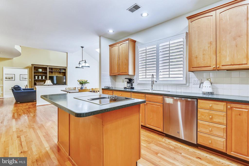 Kitchen is open to the breakfast area - 20405 EPWORTH CT, GAITHERSBURG