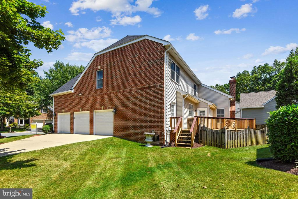Three sided brick colonial with back siding - 20405 EPWORTH CT, GAITHERSBURG