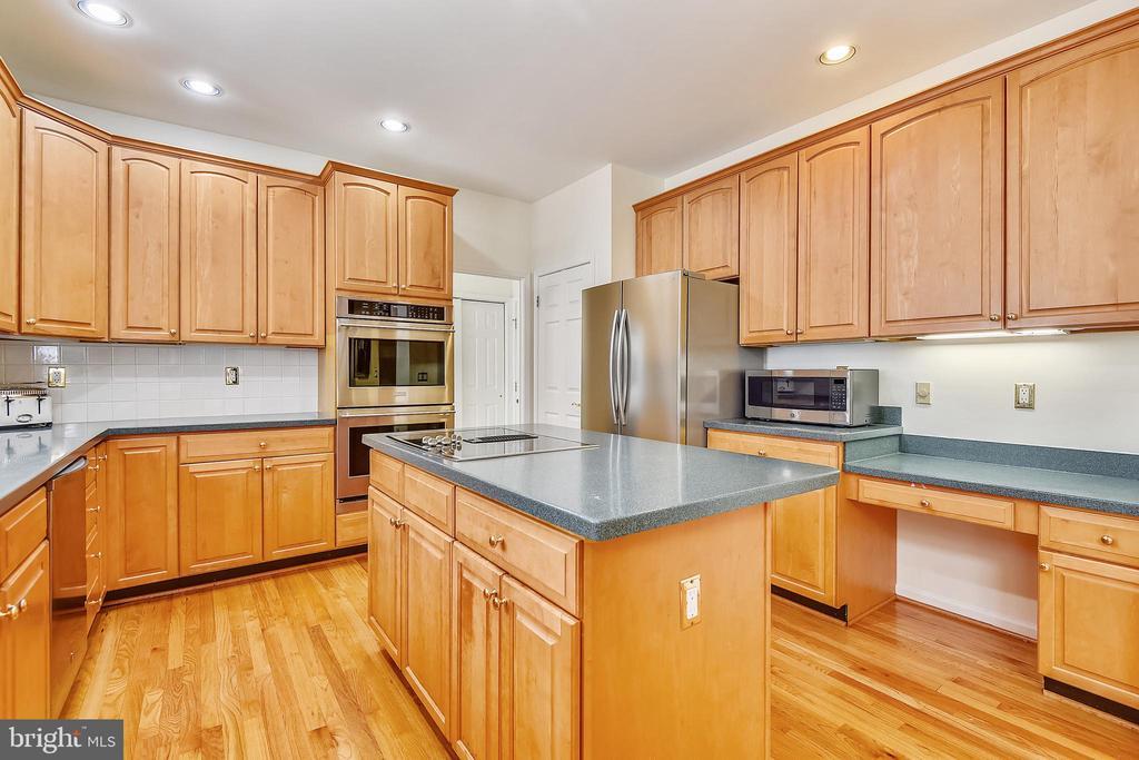 Center isle kitchen has Corian counters - 20405 EPWORTH CT, GAITHERSBURG