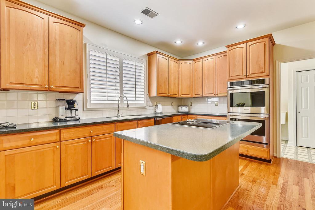 Center isled kitchen has a breakfast bar - 20405 EPWORTH CT, GAITHERSBURG