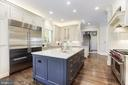 Large granite-topped island - 18692 RIVERLOOK CT, LEESBURG