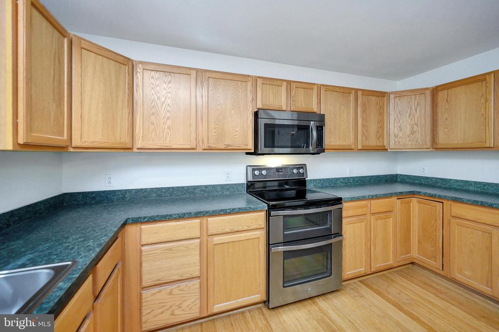 Kitchen with ample counter space - 1221 LAKEVIEW PKWY, LOCUST GROVE