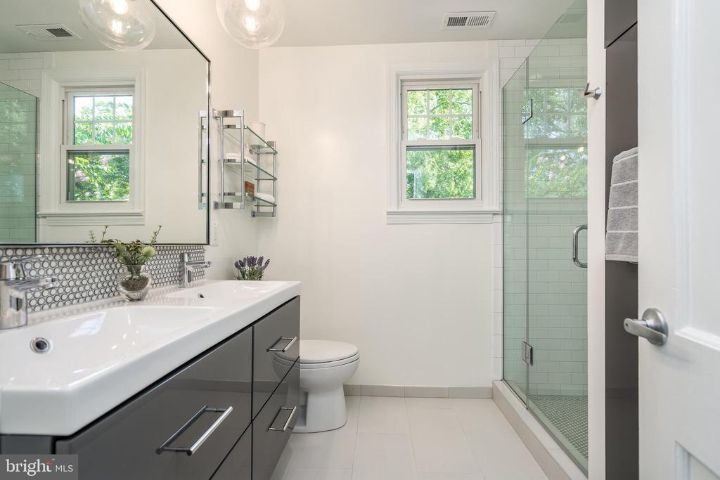 Upper hallway full bathroom - 3506 7TH ST N, ARLINGTON