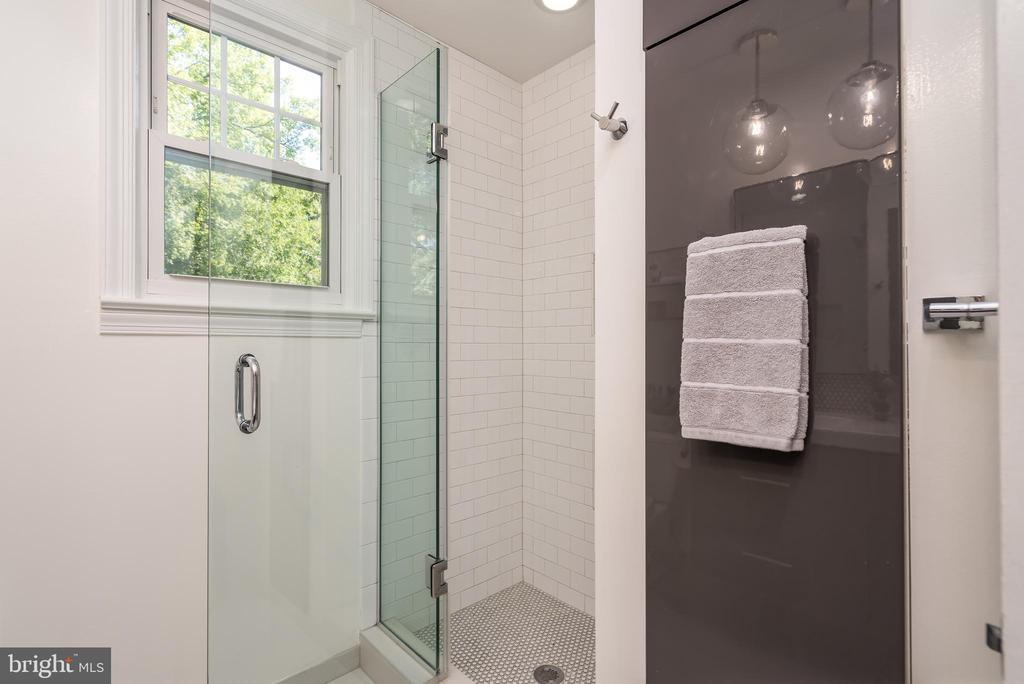 Frameless glass shower & pull out linen closet - 3506 7TH ST N, ARLINGTON