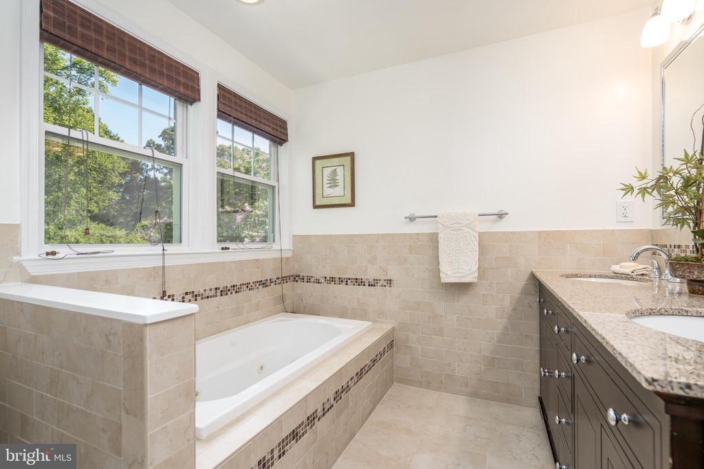 En-suite bathroom with whirlpool tub - 3506 7TH ST N, ARLINGTON