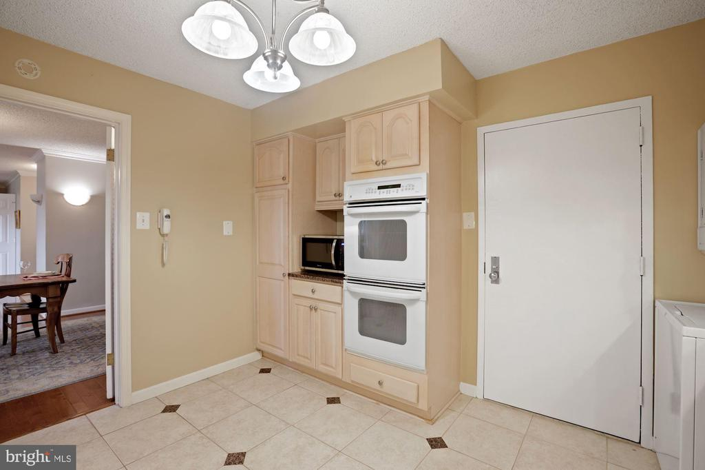 Eat-in Space and a separate entry door from Hall - 1800 OLD MEADOW RD #1106, MCLEAN