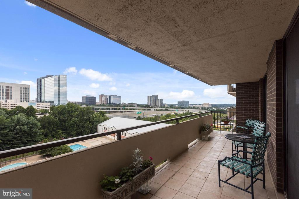 Enjoy a cocktail or coffee on this double balcony - 1800 OLD MEADOW RD #1106, MCLEAN