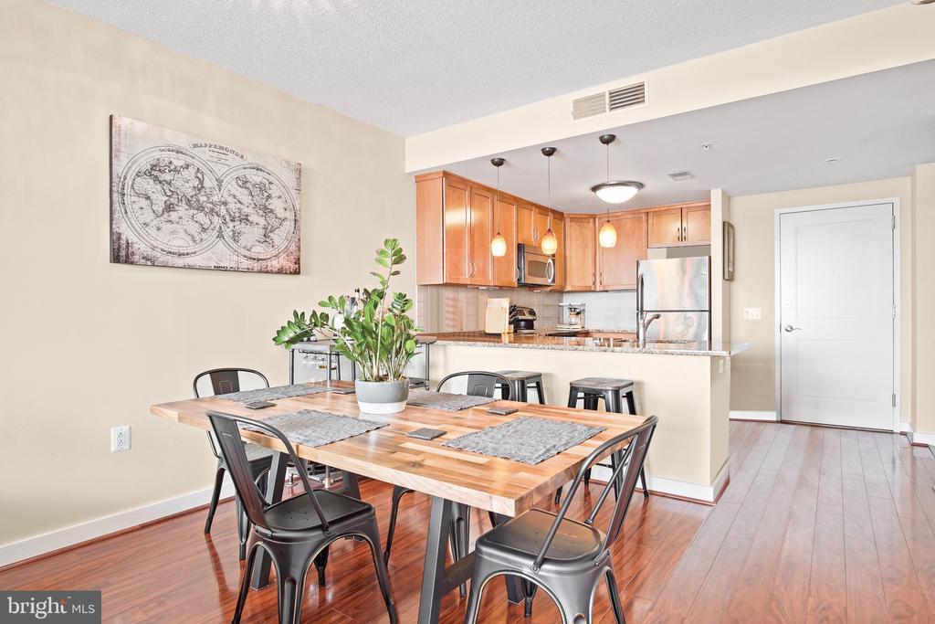Spacious dining room  with bar - 888 N QUINCY ST #1506, ARLINGTON