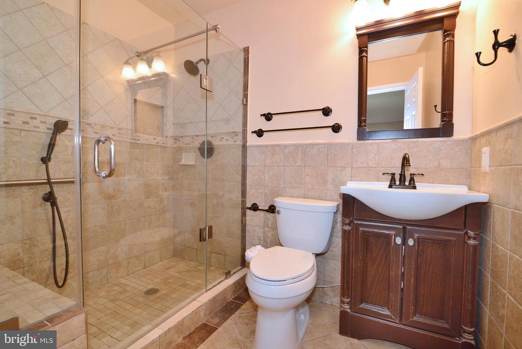 Master Bathroom (1st Flr) - 3366 BANNERWOOD DR, ANNANDALE