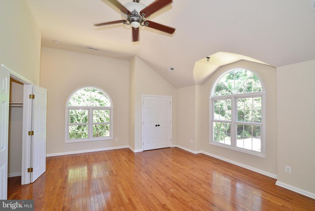 Master Bedroom (Upper Level) - 3366 BANNERWOOD DR, ANNANDALE