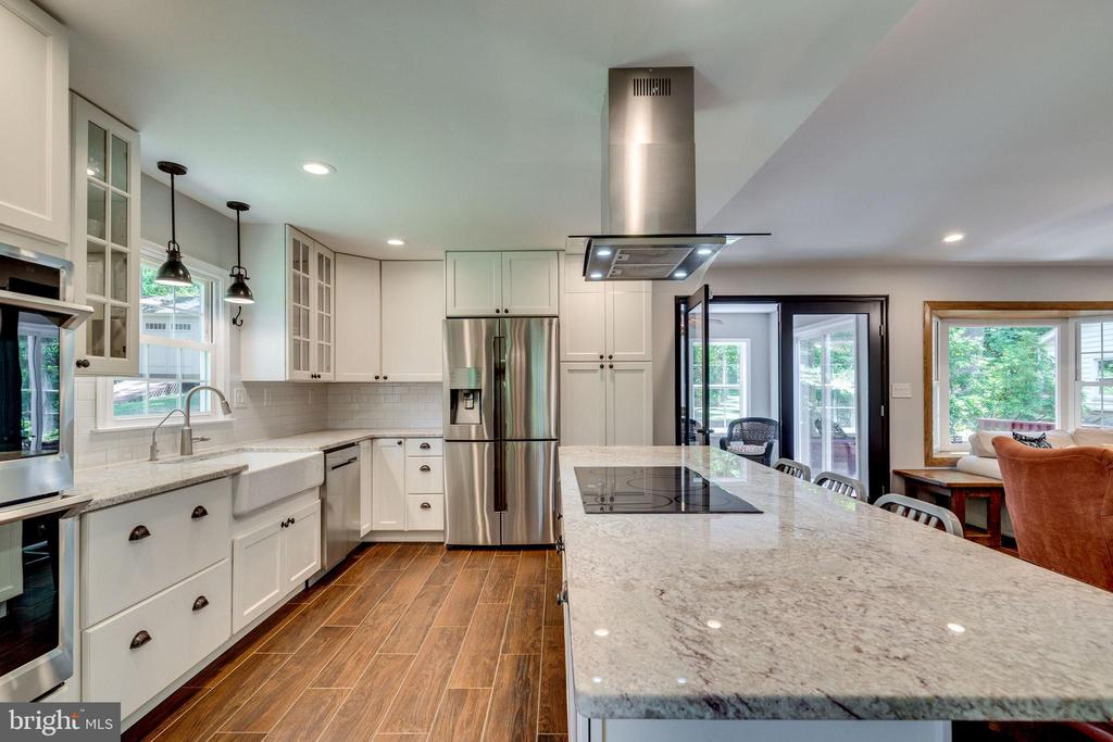 Counter top galore at the large island - 5708 GLENWOOD CT, ALEXANDRIA